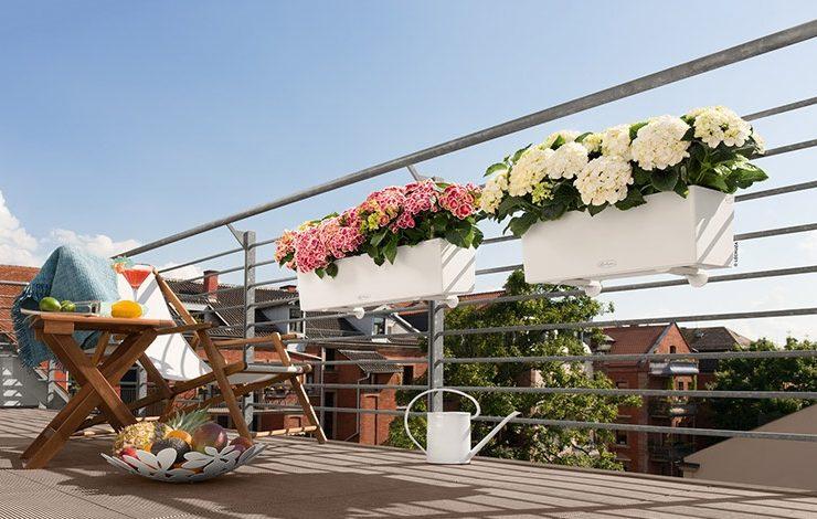 Αν το μπαλκόνι σας είναι αρκετά στενό, προτιμήστε να βάλετε γλάστρες κρεμαστές από τα κάγκελα ή στον τοίχο