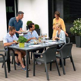 Χαρίστε κομψότητα και αρμονία στη βεράντα ή στην αυλή σας συνδυάζοντας το στιλ των επίπλων και των γλαστρών σας (από τη συλλογή Trend Collection Cottage με έπιπλα κήπου και γλάστρες)