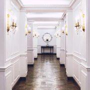 Ο διάδρομος που ενώνει τους δύο χώρους, το κομμωτήριο και το spa
