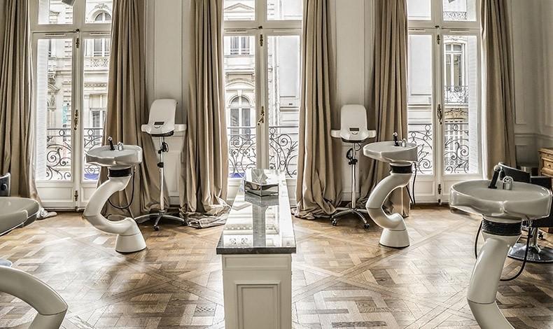 Οι λουτήρες στους χώρους του Balmain Hair Couture Salon, όπου η κάθε λεπτομέρεια αποπνέει αληθινή πολυτέλεια