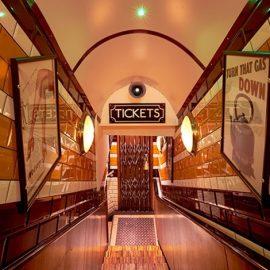 Αν είστε fan της live μουσικής, αξίζει να κάνετε ένα πέρασμα από αυτό το μπαρ που θυμίζει λονδρέζικο μετρό προκειμένου να ακούσετε τζαζ, swing και πολλά άλλα?