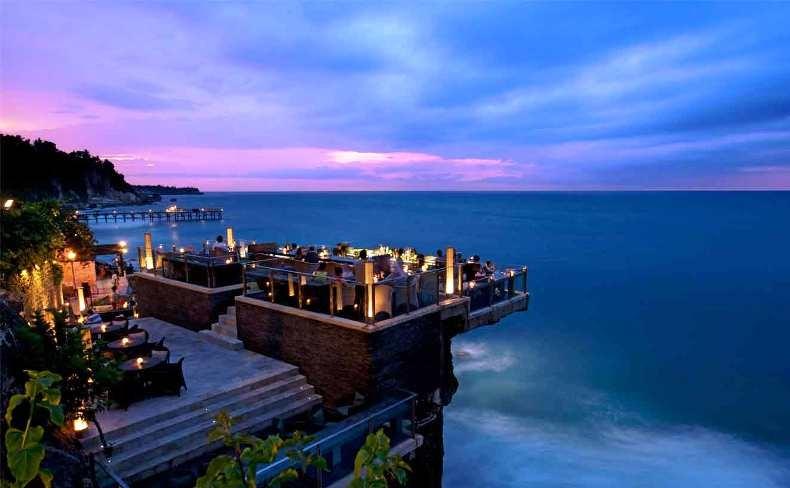 Το Rock Bar στο Μπαλί είναι ομολογουμένως εντυπωσιακό! «Κρέμεται» πάνω σε φυσικούς βράχους 14 μέτρα πάνω από τον Ινδικό ωκεανό