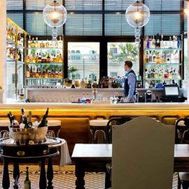 Το εστιατόριο και κοκτέιλ μπαρ ?Batuar? με την κοσμοπολίτικη ατμόσφαιρα και τη φοβερή διακόσμηση