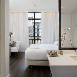 Ένα από τα δωμάτια του ξενοδοχείου για αληθινά απαλό ύπνο στα υπέροχα βαμβακερά από αιγυπτιακό βαμβάκι