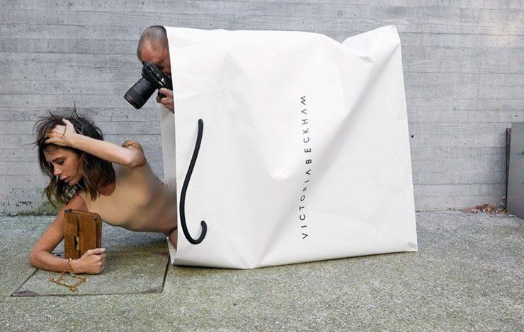 «Οut of the Bag»: Η ανατρεπτική καμπάνια για τα 10 χρόνια του οίκου της Victoria Beckham