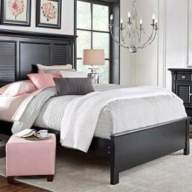 Ένα εντυπωσιακό φωτιστικό και ένα καθαρό δάπεδο είναι στοιχεία που ενισχύουν την αίσθηση «πολυτέλειας» στο υπνοδωμάτιο