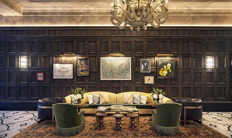 Το λόμπι θυμίζει σκηνικό από μυστήριο της Άγκαθα Κρίστι, γεμάτο φωτιστικά με κρόσσια, υπέροχα έπιπλα και αντικείμενα αντικείμενα, πράσινοι τόνοι, αποχρώσεις του καφέ?