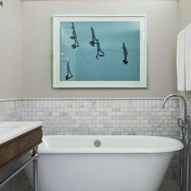 Τα μπάνια είναι εξολοκλήρου επενδυμένα από μάρμαρο Καράρα και διαθέτουν είδη περιποίησης με την υπογραφή του καλτ αρωματοποιού D.S. & Durga με έδρα το Μπρούκλιν