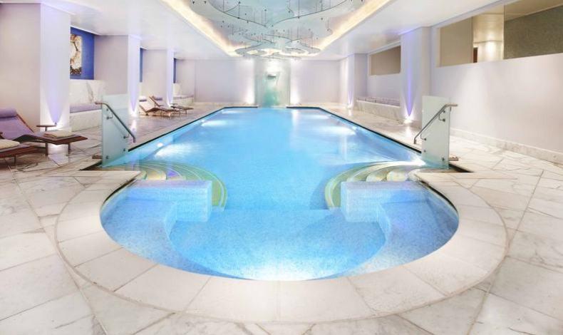 H θαυμάσια πισίνα του spa του Ξενοδοχείου Μεγάλη Βρετανία