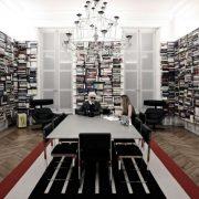 Ο Καρλ Λαγκερφέλντ στο βιβλιοπωλείο του στο Παρίσι. Το στιλ του μεγάλου σχεδιαστή αντικατοπτρίζεται και στον χώρο