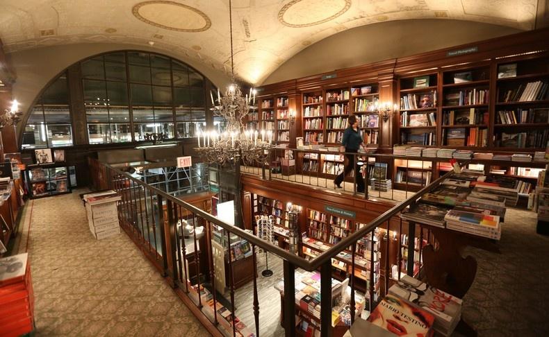 Το βιβλιοπωλείο Rizzoli είναι σημείο σταθμός στη Νέα Υόρκη, ακόμη και για να περιηγηθείτε στους κομψούς χώρους του