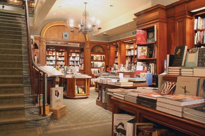 Στο Rizzoli θα ανακαλύψετε εξαιρετικούς τίτλους βιβλίων μόδας και μονογραφίες σχεδιαστών, φωτογράφων κ.λπ.