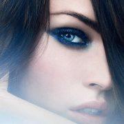 Οι αποχρώσεις του μπλε ταιριάζουν σε όλα τα χρώματα ματιών. Ιδιαίτερα στα καστανά και τα γαλανά μάτια είναι τέλειες