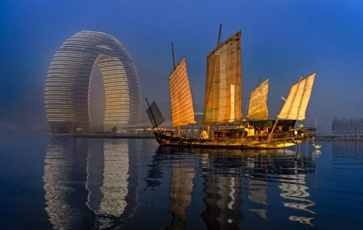 Θεαματικό! Το φουτουριστικό ξενοδοχείο Sheraton Huzhou Hot Spring Resort και το παραδοσιακό σκαρί στις θάλασσες της Κίνας