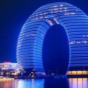 """Ένα πέταλο που κυριαρχεί με τη μοντέρνα του αισθητική στην πόλη Huzhou γνωστή ως """"πόλη του μεταξιού"""", ενώ θεωρείται η πρωτεύουσα της τέχνης του τσαγιού, της καλλιγραφίας και της ζωγραφικής"""