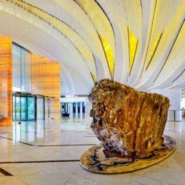 Το δάπεδο του lobby είναι εξολοκλήρου επενδυμένο με λευκό νεφρίτη από το Αφγανιστάν και πινελιές από Μάτι της Τίγρης με προέλευση τη Βραζιλία