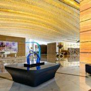 Η οροφή του lobby είναι διάσπαρτη με 20.000 κρύσταλλα Swarovski και κρυστάλλινους πολυέλαιους που κρέμονται θυμίζοντας κύματα