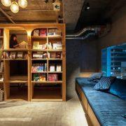 Το λόμπι του Book and Bed Tokyo για διάβασμα μέχρι τελικής πτώσεως!