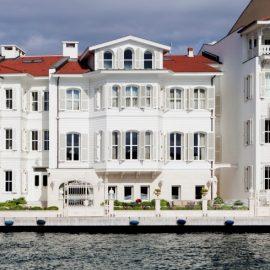 Η πρόσοψη στην παραλία του Armaggan Bosporus Suites εντυπωσιάζει με την κομψή αρχιτεκτονική