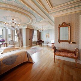 Αρχοντιά, κομψότητα, προσοχή στη λεπτομέρεια και τη θέα από τα παράθυρα μίας από τις σουίτες του ξενοδοχείου