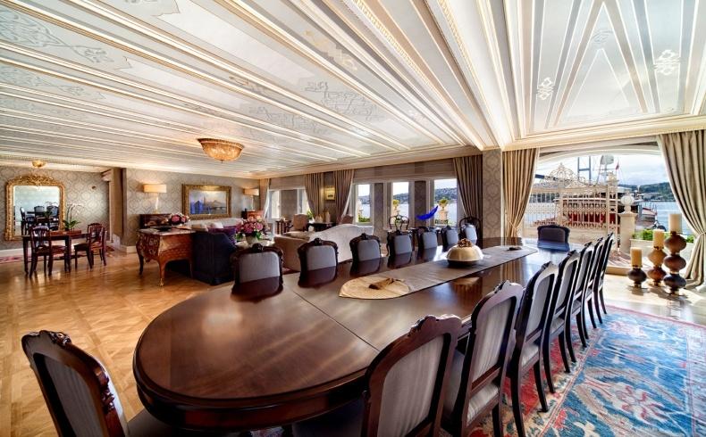Η εντυπωσιακή τραπεζαρία που μπορεί να φιλοξενήσει έως 18 άτομα για απολαυστικά γεύματα