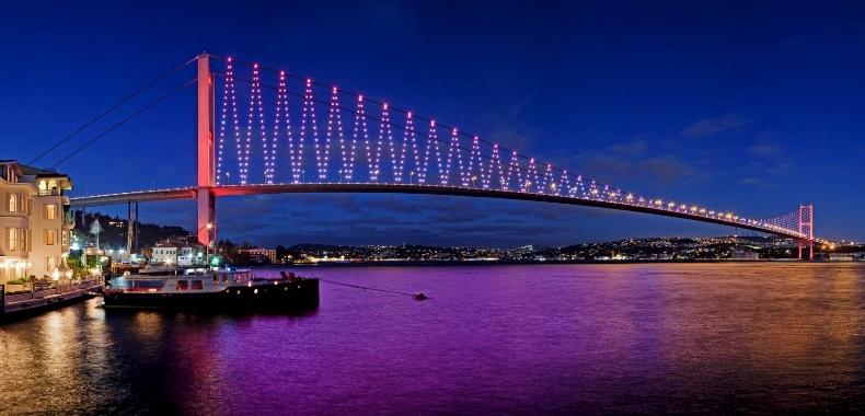 Η γέφυρα του Βοσπόρου φωτισμένη τη νύχτα, όπως φαίνεται από το ξενοδοχείο
