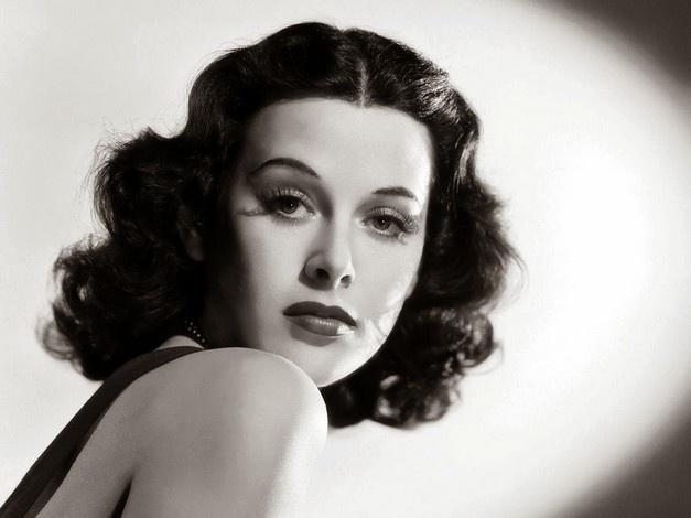 Η διάσημη ηθοποιός Hedy Lamarr, κατάσκοπος κατά τον Ναζί, βοήθησε στην εφεύρεση ενός συστήματος επικοινωνιών, που αργότερα υπήρξε η βάση για τη δημιουργία του Wi-Fi
