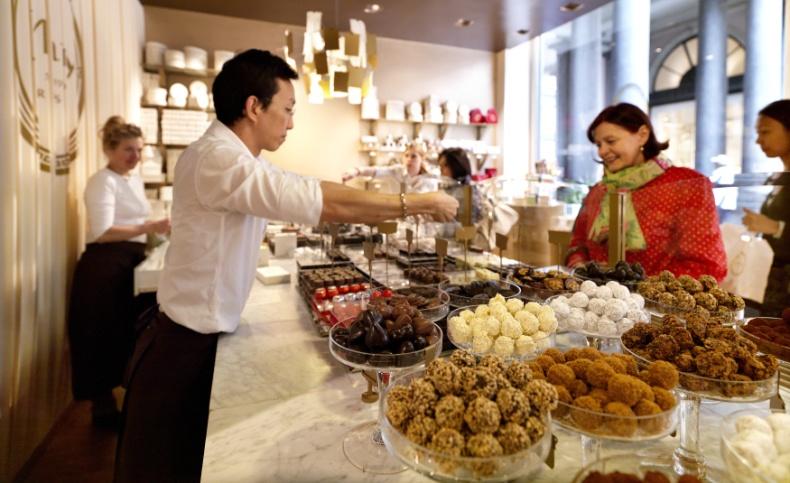 Όταν η Mary Delluc δημιούργησε την επιχείρηση το 1919 στις Βρυξέλες, μάλλον δεν είχε διανοηθεί ότι θα γινόταν ένα από τα πιο διάσημα καταστήματα για χειροποίητες σοκολάτες στον κόσμο