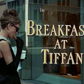"""Κλασική σκηνή από τη θρυλική ταινία """"Πρόγευμα στο Τίφανις"""" με πρωταγωνίστρια την Όντρεϊ Χέπμπορν"""
