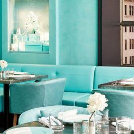 Στις αποχρώσεις του γαλάζιου-τυρκουάζ και του λευκού στη διακόσμηση, αναφορά στα περίφημα γαλάζια κουτιά του Tiffany's που κρύβουν μέσα τους λαμπερούς και πολύτιμους ?θησαυρούς?