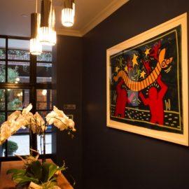 Πίνακας του Keith Harring κοσμεί έναν τοίχο της αίθουσας συνεδρίων