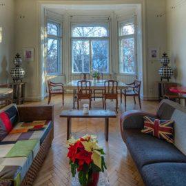 Από τα υπέροχα παράθυρα του Drawing room, έχετε θέα στο Εθνικό Μουσείο της Βουδαπέστης