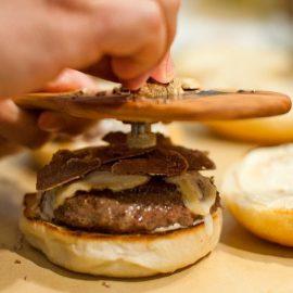 Το burger με λευκή τρούφα του Burger & Barrel