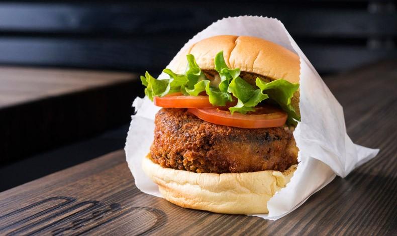 Το vegetarian 'Shroom Burger από το Shake Shack / Φωτό: Evan Sung