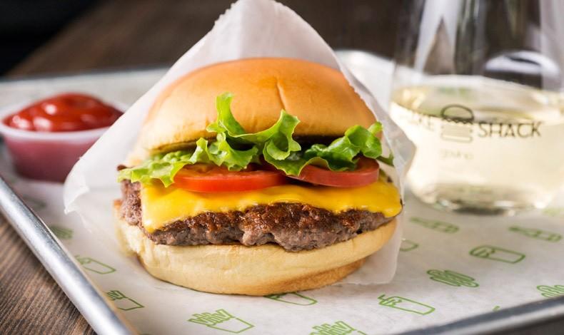 Κλασικό και αγαπημένο, το Shack Burger / Φωτό: Evan Sung