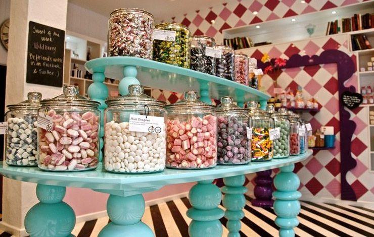 Στο Sugarsin του Λονδίνου, το πολύχρωμο και παιχνιδιάρικο εσωτερικό του με τις ασπρόμαυρες λεπτομέρειες δίνει έναν σοφιστικέ τόνο που γοητεύει μικρούς και μεγάλους