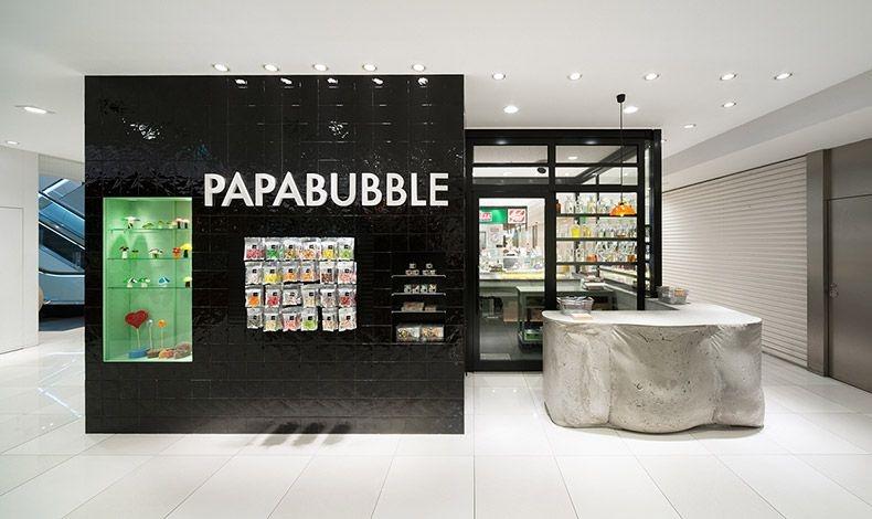 Το Pappabubble στη Γιοκοχάμα της Ιαπωνίας θυμίζει εργαστήριο ενός τρελού επιστήμονα και hip γκαλερί μαζί! Μπετόν, γυαλί και μαύρα πλακάκια? και απίθανες χειροποίητες καραμέλες