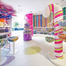"""Ο """"εραστής της καραμέλας"""" όπως μεταφράζεται στα ελληνικά το όνομα Candylawa, βρίσκεται στη Σαουδική Αραβία και είναι ένα από τα μεγαλύτερα καταστήματα με καραμέλες στον κόσμο"""