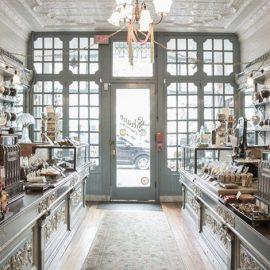 Στο χαριτωμένο Shane Confectionery στη Φιλαδέλφεια των ΗΠΑ, η ιστορία ξεκινά το 1863 και είναι το πιο παλιό του είδους του στην Αμερική. Όλα τα ζαχαρωτά φτιάχνονται μπροστά σας και περιλαμβάνουν τόσο παλιές και αγαπημένες γεύσεις όσο και νέες