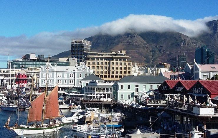 Το Κέιπ Τάουν, η πιο πολύχρωμη και ταυτόχρονα αινιγματική πόλη της Νότιας Αφρικής, παντρεύει το αποικιακό της παρελθόν, με μοντέρνες, εντυπωσιακές εικόνες