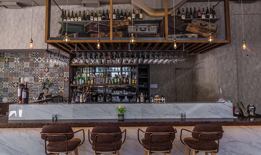 Το Caravin είναι το wine bar του Θησείου με την μποέμ και χαλαρωτική ατμόσφαιρα που υπόσχεται (και κρατάει τις υποσχέσεις του) για ωραίες οινικές εμπειρίες.