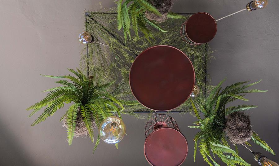 Οι υπέροχες συνθέσεις των φωτιστικών με γλάστρες γεμάτες φτέρες και πρασινάδες