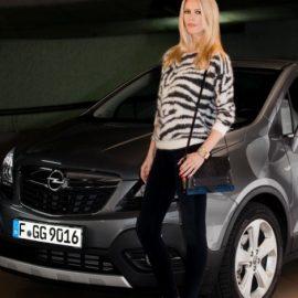 Η Κλώντια Σίφερ πρωταγωνίστησε στη διαφημιστική καμπάνια της Opel