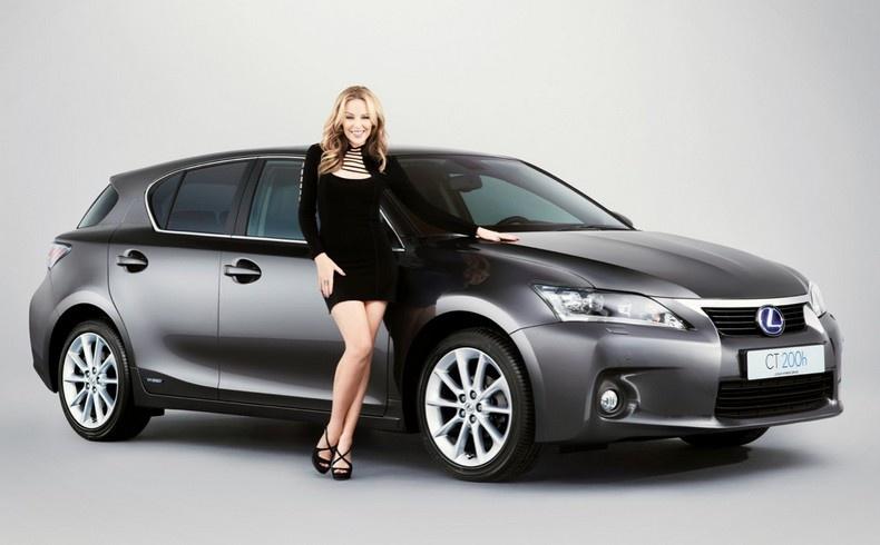 Η Kylie Minogue ποζάρει μπροστά στο CT 200h της Lexus
