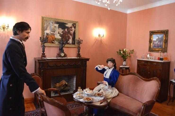 Ο Κόντε και η Κοντέσα στη σάλα του αρχοντικού παίρνουν το τσάι τους