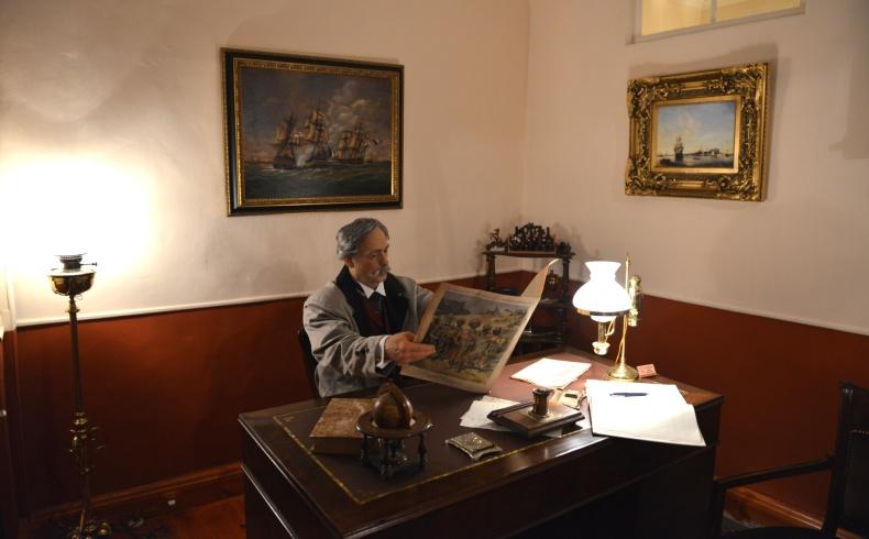 Διαβάζοντας την εφημερίδα της εποχής στο γραφείο του, ο Κόντε μαθαίνει τα τρέχοντα νέα