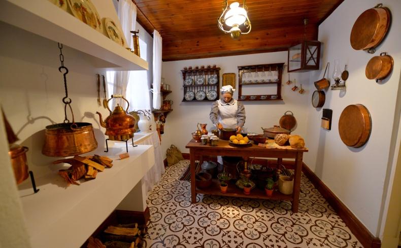 Το «βασίλειο» της κουζίνας, όπου η μαγείρισσα του αρχοντικού ετοιμάζει τα εδέσματά της