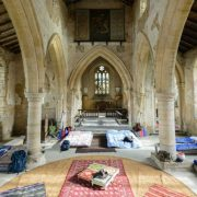Champing: Όταν το κάμπινγκ μεταφέρεται στις... εκκλησίες