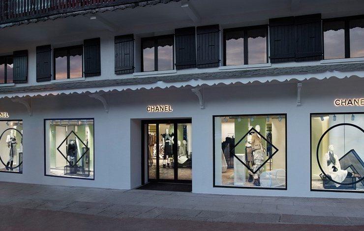 Οι βιτρίνες του «εφήμερου» καταστήματος της Chanel στο πολυτελές ski resort της Courchevel