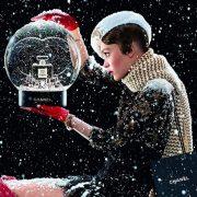 Η μαγεία των Χριστουγέννων μέσα από τη χιονισμένη σφαίρα της… Chanel!